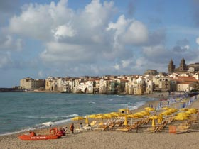 Cefalù: beach and old town